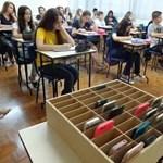 Totális tiltás jön a francia iskolákban, se mobilt, se táblagépet nem lehet használni, még az okosóra sem engedélyezett