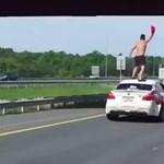Új agyament dolog hódít, a kocsi tetején szörfözés – videó