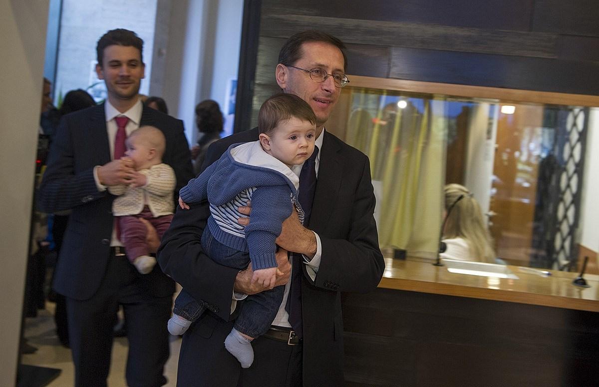 Fotó: csecsemőkkel tartottak sajtótájékoztatót a babakötvényről Vargáék