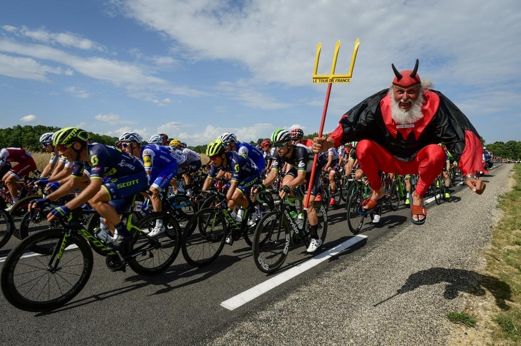 afp.17.07.07. - A Tour állandó vendége a német Didi Senft, vagyis ''Az ördög'' a verseny hetedik szakaszán Troyes és a Nuits-Saint-Georges között július 7-én. - Tour de France 2017