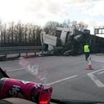 Durván nézett ki az M0-s autóúton ma felborult kamion