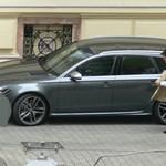 Nem állami luxusautókkal jár Habony Árpád
