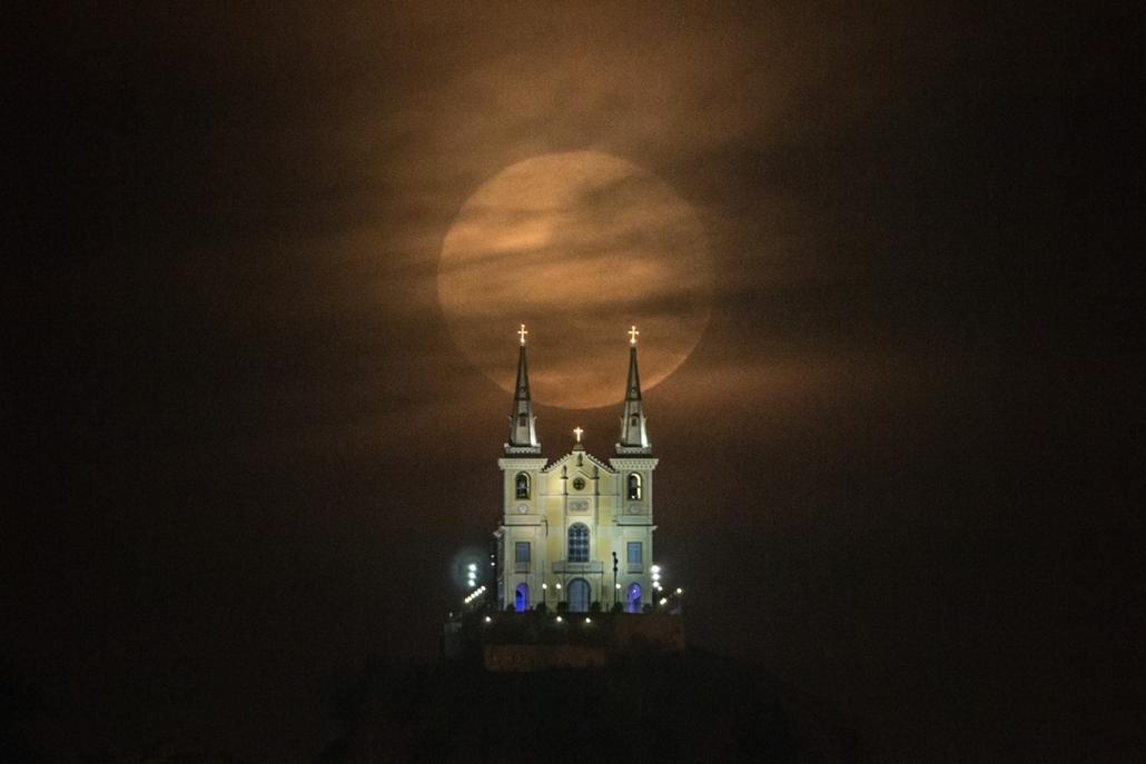 afp.14.08.10. - Rio de Janeiro, Brazília: szuperhold a Nossa Senhora da Penha templom felett. - 7képei