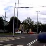 Videó: nehéz lehet felfogni, de még egy brutális Audinak is tilos, ha piros