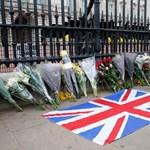 A Buckingham-palota és a Windsor-kastély előtt is gyűlnek a virágcsokrok