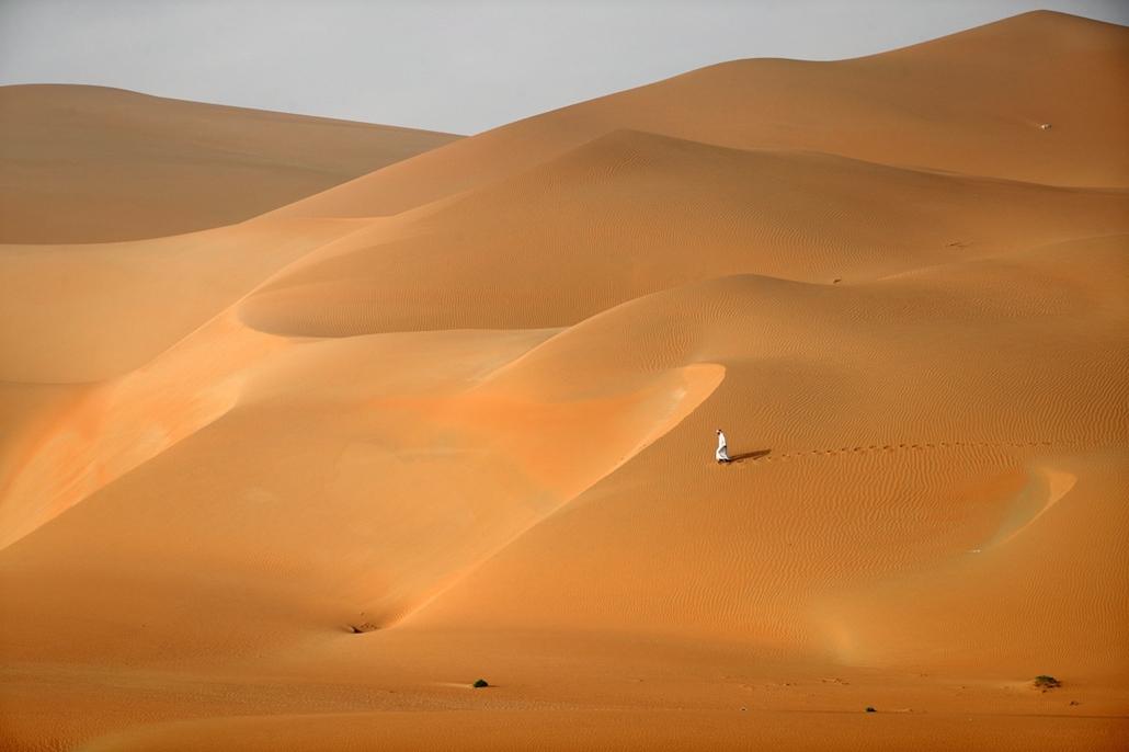 afp.17.02.27. - Al-Ain, Egyesült Arab Emírségek: Férfi a Rimah sivatag dűnéi között. - 7képei