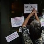 Fotók: 20 tüntető tartja sakkban a nagykörúti bankokat