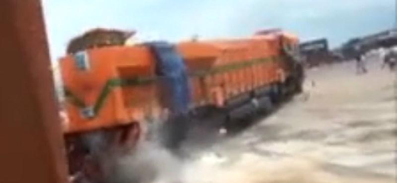 Leszakadt a daruról egy 200 tonnás mozdony - videó