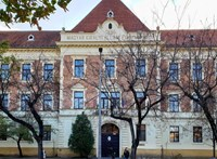Aszfaltra festve követelik a szekszárdi gimnázium igazgatójának lemondását