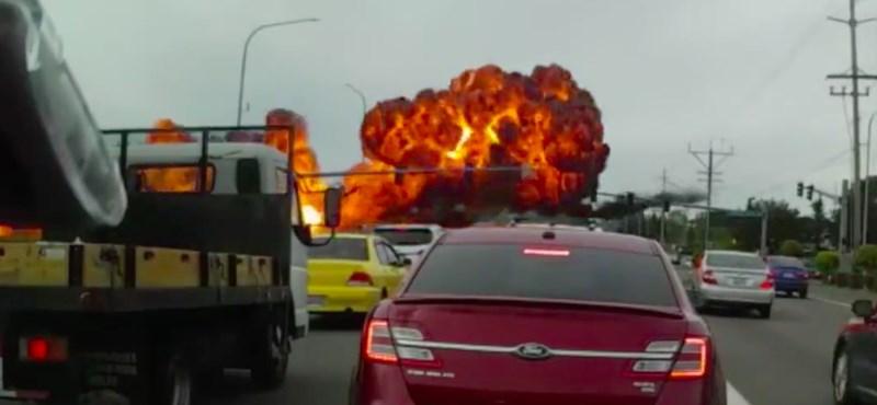 Videóra vette egy autós, ahogy lezuhan egy repülőgép Amerikában