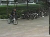 Cigit kért, majd megrugdosott egy férfit egy kerékpáros Békéscsabán