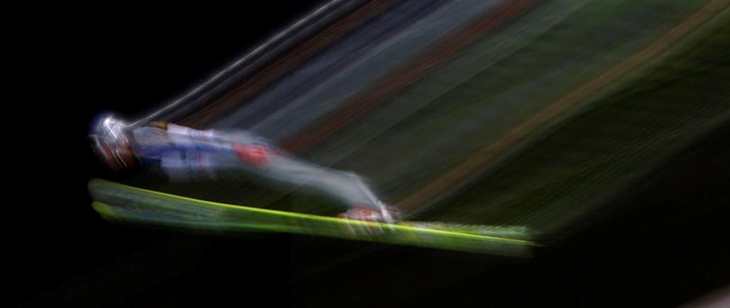 Egy síugró próbaugrást végez a németországi Oberstdorfban megrendezett síugró bajnokság első fordulójában 2009. december 28-án.