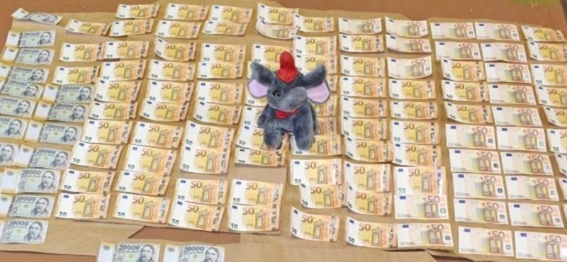 2,5 millió forintot rejtett egy plüsselefánt Kazincbarcikán
