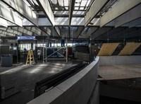 Kicserélik a Déli pályaudvar repedezett üvegfalát