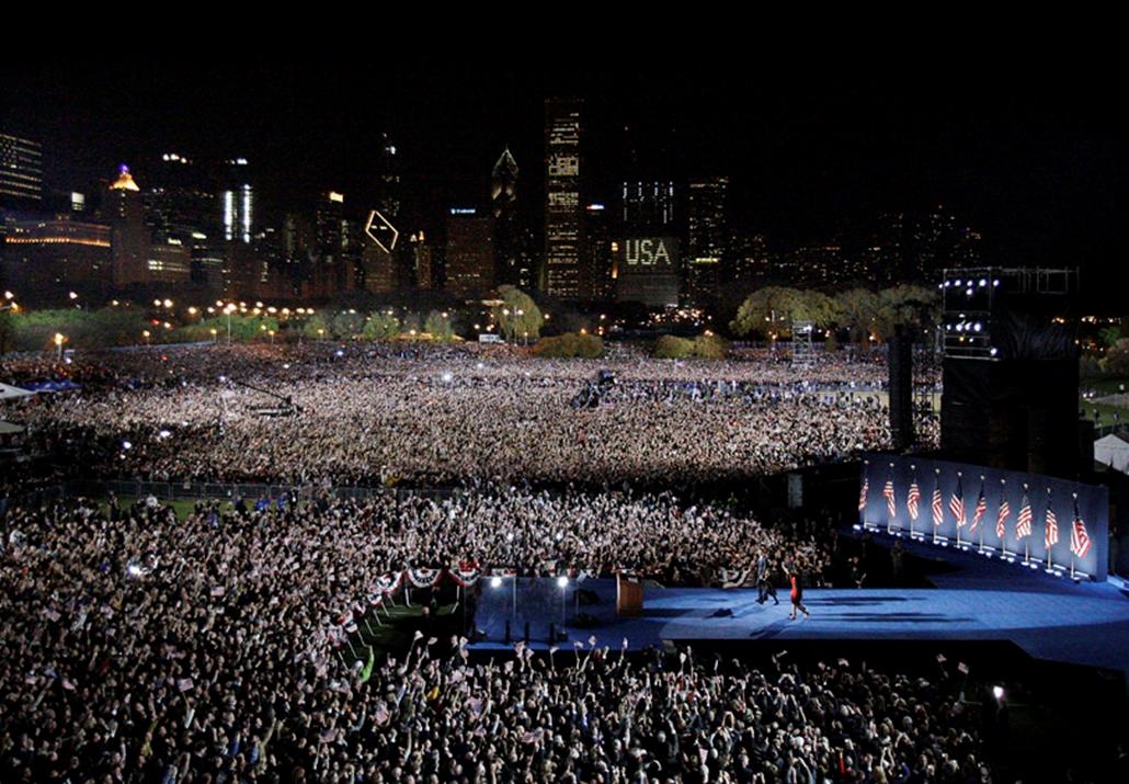 Barack Obama bejelenti a választási győzelmét az összegyűlt tömeg előtt Chicagóban 2008. november 4-én.