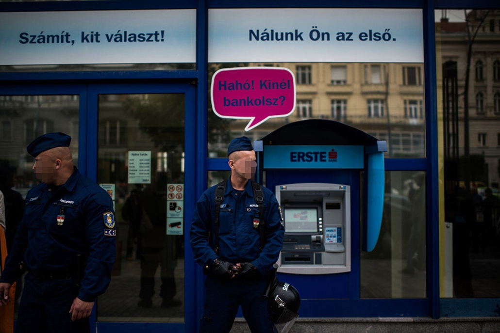 Devizahitelesek tüntetése, bankok előtt, rendőrök arca kitakarva