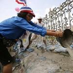 Fotó: bebetonozzák a tüntetők a kormányépület bejáratát Thaiföldön