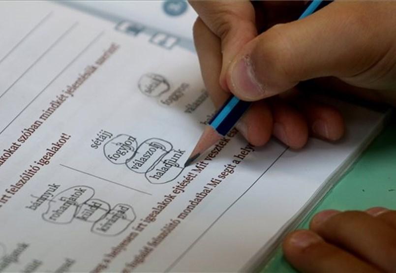 EMMI: Normál menetrend szerint tervezi a kormány a tanévet