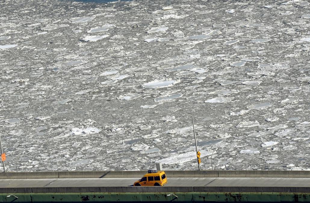 afp.15.02.24. - New York, USA: taxi a jeges East River mellett - 7képei