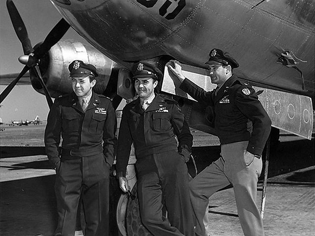 afp.1945.08.06. - Mariana-szigetek, USA: Az ''The Enola Gay'' elnevezésű Boeing B-29 Superfortress bombázó és legénysége: Theodore Van Kirk (navigátor), Paul Tibbets (pilóta) és Thomas Ferebee őrnagy, miután visszatértek Hirosima légteréből - atombomba 70