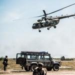 Újjáéledő fegyverkultusz a szocializmusból? – így lesz egy harci helikopterből emlékmű Szolnokon