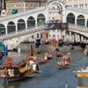Utcai kávéfőzés miatt utasítottak ki két német turistát Velencéből
