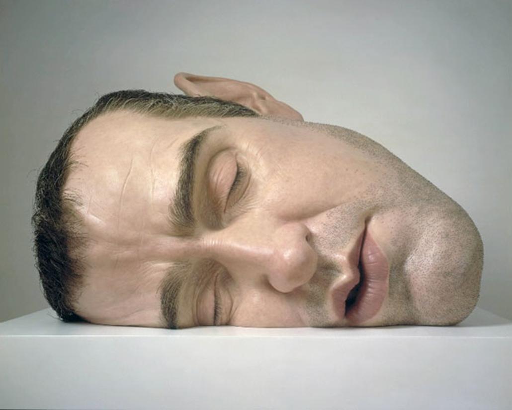 A londoni Tate galériában is kiállító Ron Mueck azáltal vált ismertté, hogy szobrai mindig vagy jóval nagyobbak, vagy kisebbek az eredeti emberi méreteknél.