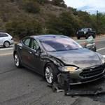 Rendőrautónak vezette a kocsit az önvezető módba kapcsolt Tesla