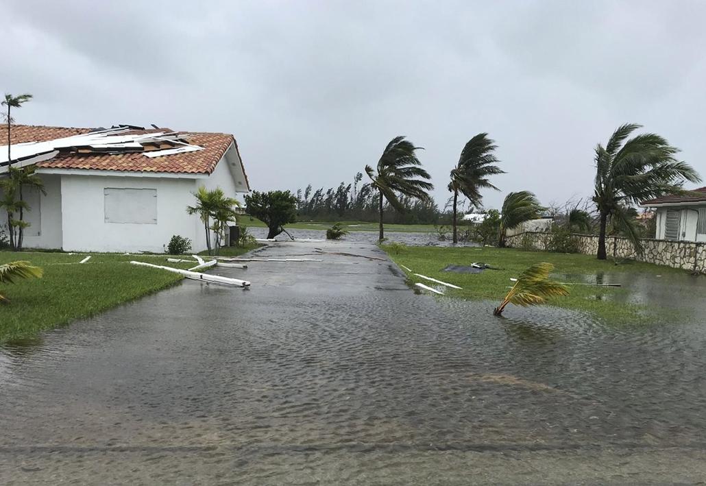 Nagyítás Dorian hurrikán Vízzel alárasztott út és széltől megrongált ház a Bahama-szigeteken
