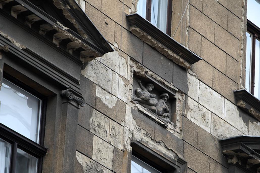 A Mária utcában látható épület az 1800-as évek végén épült. Mivel a korabeli engedélyeztetés ragaszkodott a díszítésekhez, a házat tucatdíszítésekkel látták el. Ezeknek az üzenete sem elsődleges, csupán azt jelzik, az épület neoreneszánsz stílusban épült.
