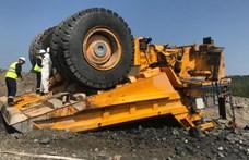 Ilyen, amikor a világ egyik legnagyobb teherautóján nem fog a fék – videó