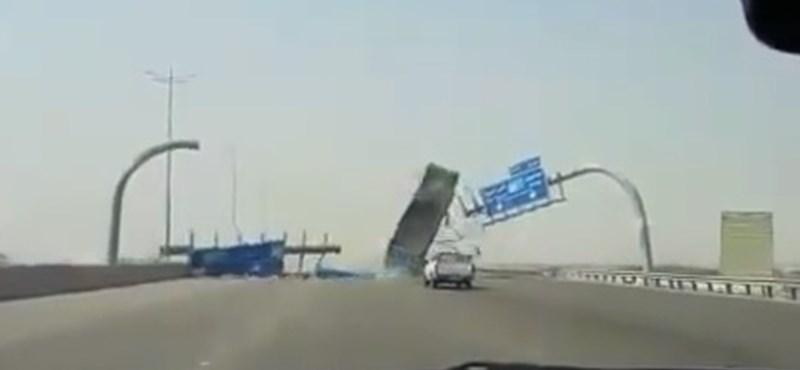 Akciófilmekben sincs ilyen, ahogy ez a billenős teherautó lerombolja a táblákat – videó