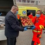 Ellenzéki törvényjavaslat: az államtitkárok adják oda fizetésük 35%-át az egészségügyi dolgozóknak, cserébe kapjanak egy láda almát