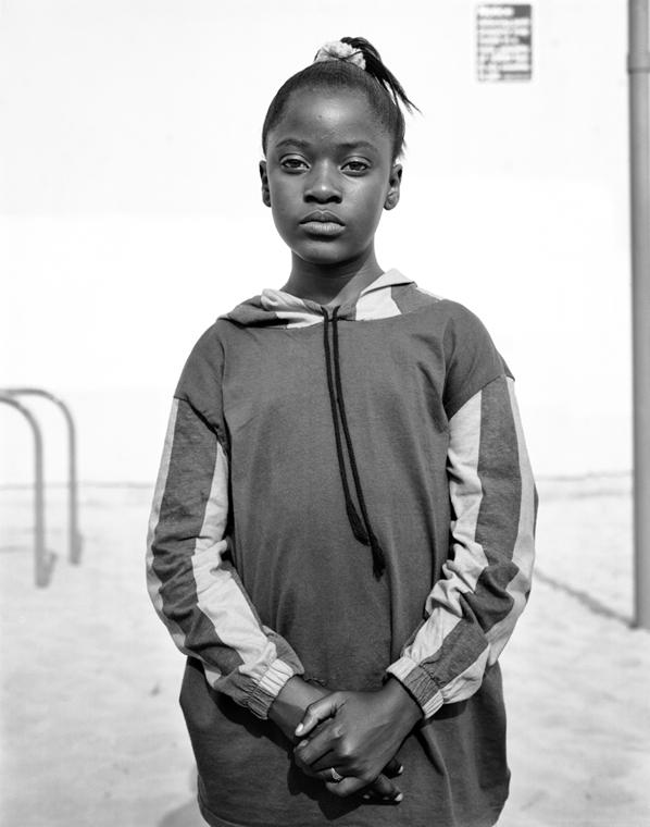 e!18.07.02. - Dana Lixenberg | Courtesy of the Artist and GRIMM, Amsterdam/New York. Dana Lixenberg, Selena, 1993, Imperial Courts 1993 – 2015, Zselatinos ezüst nagyitás.