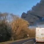 Kigyulladt egy devecseri raktár, gumi és műanyagbálák lángolnak