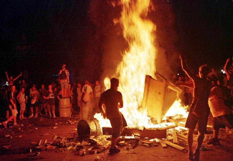 De caca, de sol: un festival transformado de una isla de paz en un fin de semana lleno de terror