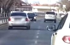 Közveszélyes módon ijesztgette egy sofőr a többi autóst a Pesti úton – videó