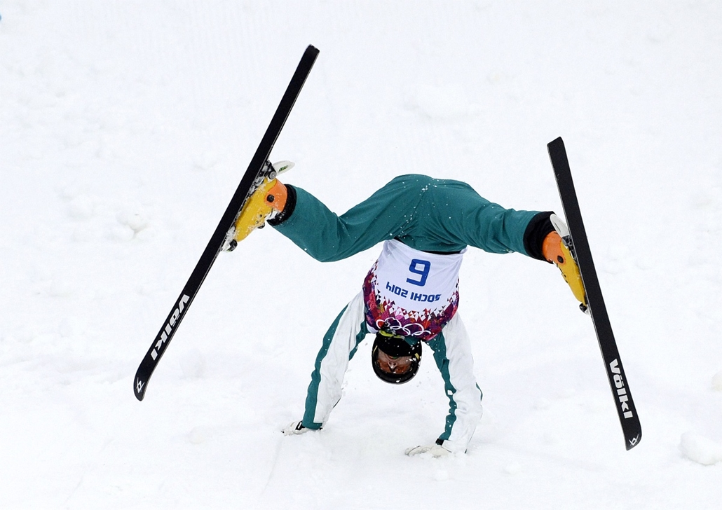 afp. Szocsi 2014 nagyítás - Australia's David Morris falls during a training for the Men's Freestyle Skiing Aerials at the Rosa Khutor Extreme Park during the Sochi Winter Olympics on February 10, 2014.