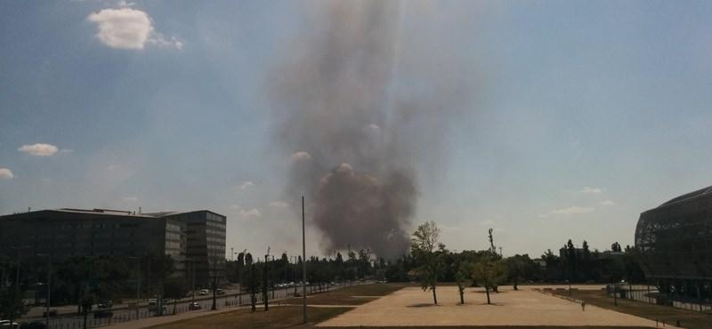 Fotó: Tűz volt a Soroksári útnál, a HÉV-et is le kellett állítani