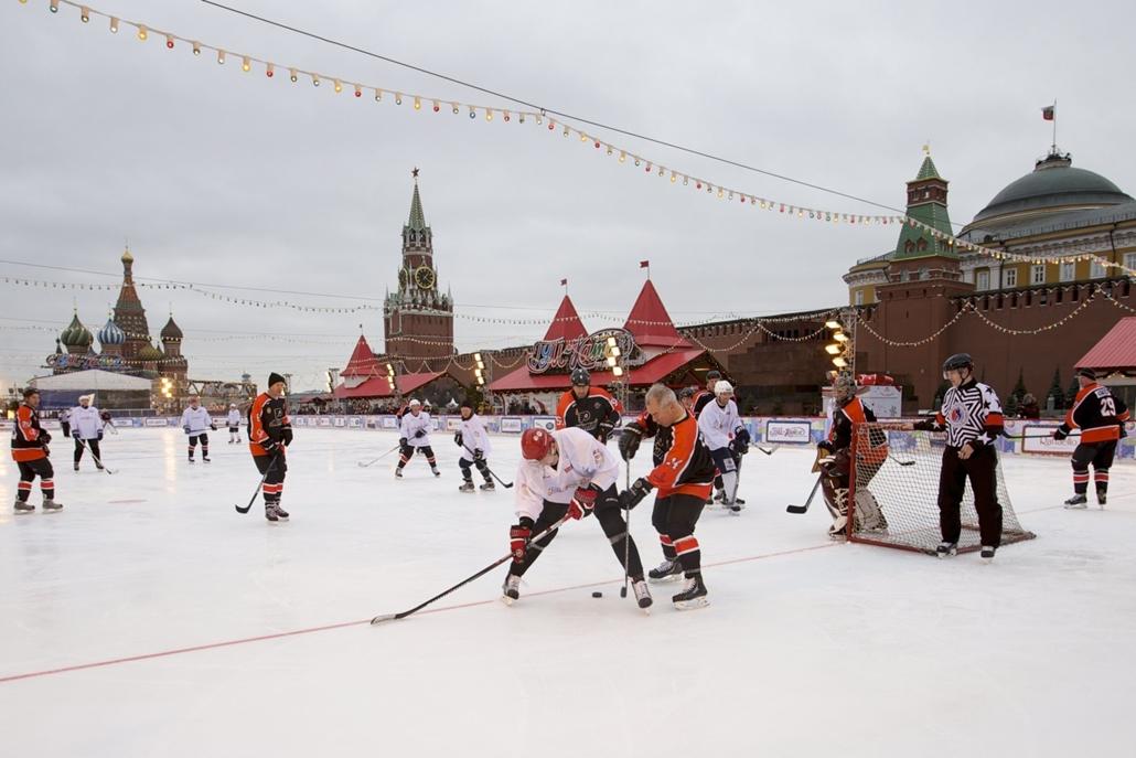 AP_! - márc.6-ig_! - ap..17.02.20. - Moszkva, Oroszország: Egykori orosz és amerikai sztár jégkorongozók bemutató mérkőzése a moszkvai Vörös téren, a háttérben a Vaszilij Blazsennij-székesegyház és a Kreml Szpasszkij-tornya. - 7képei