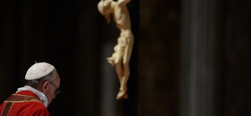 Fotók: Ferenc pápa arcra borulva imádkozott nagypénteken