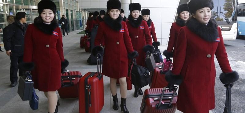 Valóságos vörös hadsereget küldtek szurkolni a téli olimpiára Észak-Koreából
