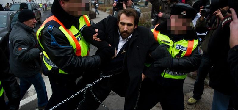 Blokád a Parlamentnél: bevitték a rendőrök az LMP-seket és Gyurcsányt