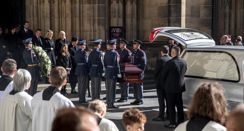 Hősnek kijáró temetést kapott Karel Gott