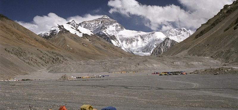 Oxigénpalack nélkül készül a Mount Everestre egy magyar hegymászó