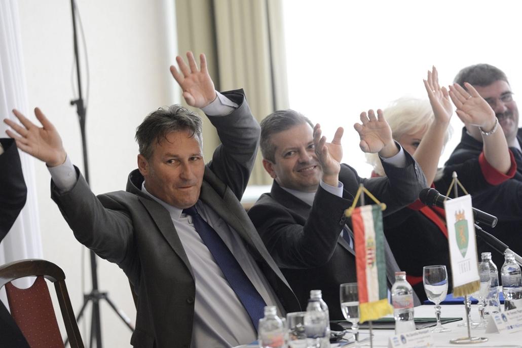 Konferencia a tevékeny időskorról - Papp Csaba, a debreceni közgyűlés egészségügyi és szociális bizottságának alelnöke, Papcsák Ferenc zuglói polgármester, Doncsev András, az Emberi Erőforrások Minisztériumának parlamenti államtitkára, Jeneiné Rubovszky C