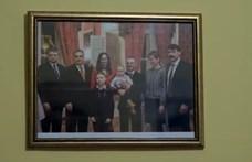 Olyan családnál járt Orbán, ahol ő figyel a falon