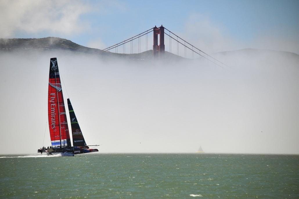 San Fransisco, USA: az ''Emirates'' AC-72-es hajójának próbaútja a közelgő Amerika Kupa előtt. Háttérben a Golden Gate- híd. - hét képei