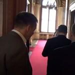 Gyorsan meglépett Orbán, amikor a birtokról akarták kérdezni – videó