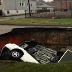 Óriási lyuk nyelt el egy embert és több autót – fotó